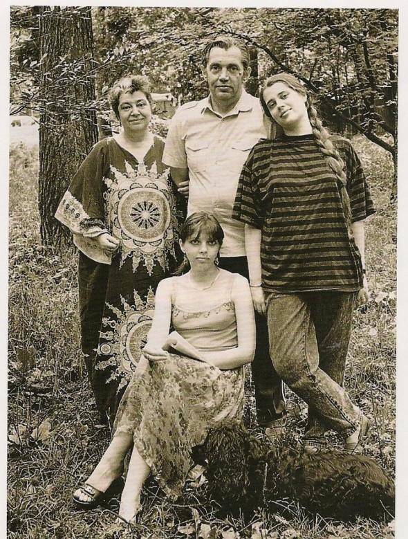 Р. Рождественский с женой и дочерьми в 1990-е гг. на даче в Переделкино