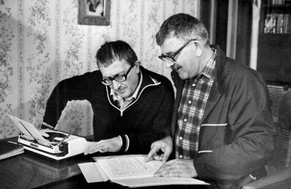 Аркадий (справа) и Борис Стругацкие в работе