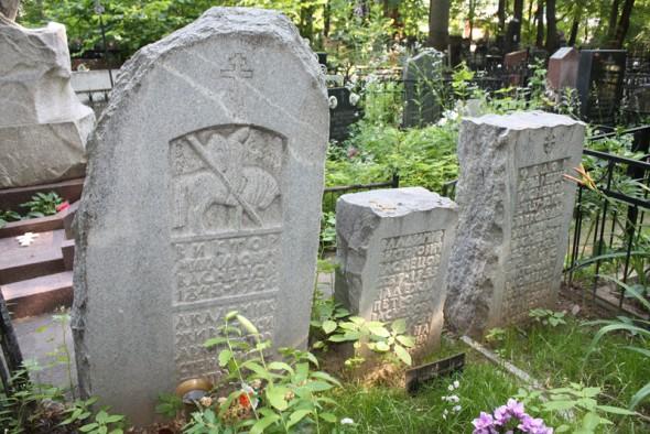 Могила Васнецова (первая слева) на Введенском кладбище, Москва