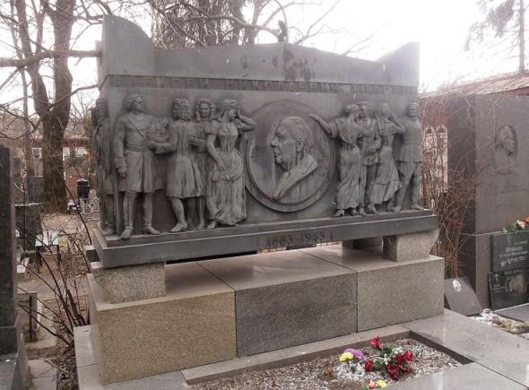 Могила Алексея Николаевича Толстого