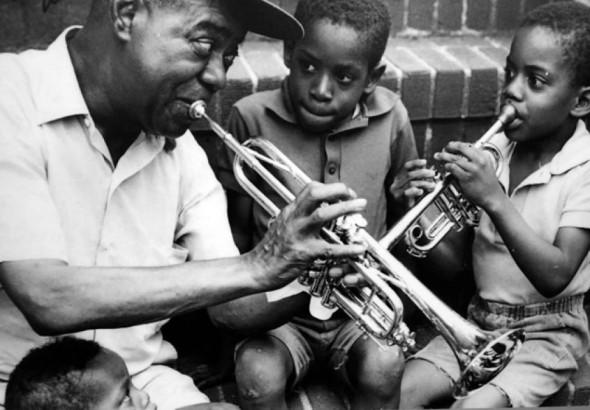 Когда Армстронг возвращался с гастролей, соседские дети окружали его и помогали донести к дверям дома кофр с трубой