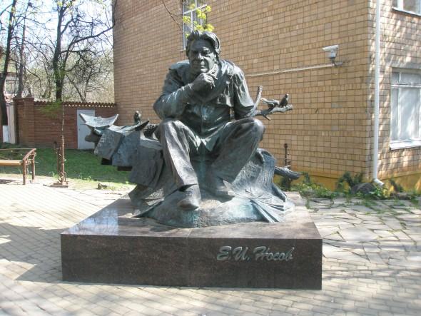 Памятник Е. Носову на ул. Челюскинцев в Курске