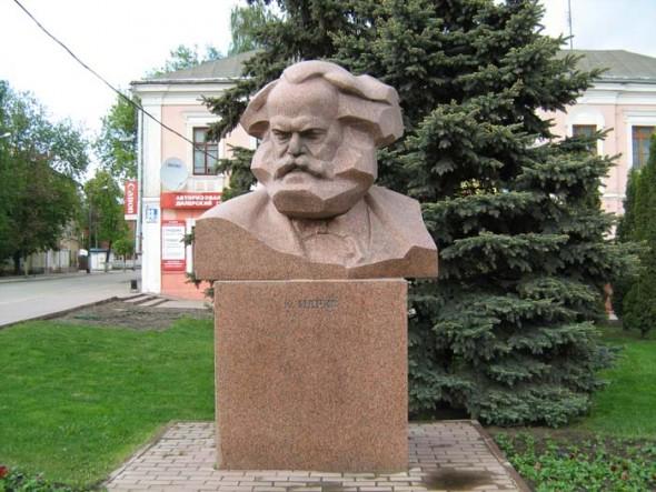 Памятник Карлу Марксу в Калуге, поставленный в 2003 г.