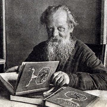 П. Бажов с первым изданием «Малахитовой шкатулки», 1939 г.