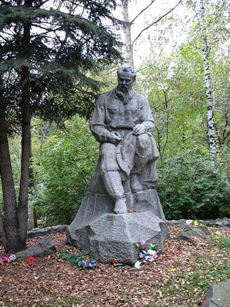 Памятник на могиле П. Бажова