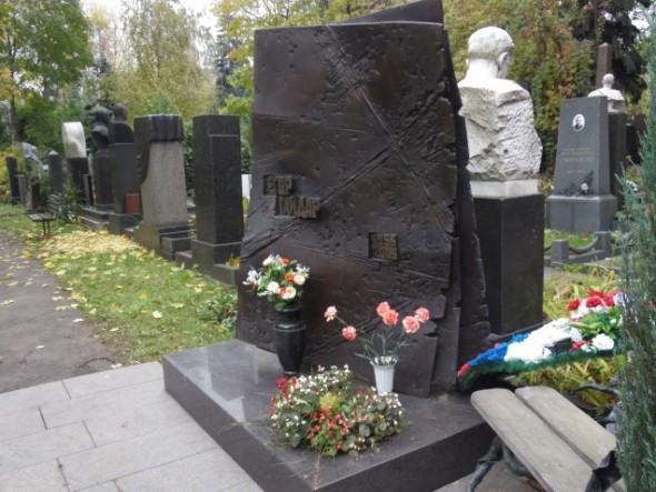 Могила Гайдара на Новодевичьем кладбище в Москве