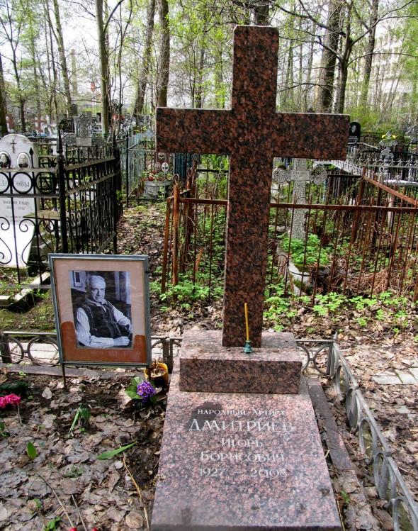 Могила Дмитриева на Серафимовском кладбище, Санкт-Петербург