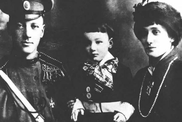Николай Гумилев с супругой Анной Ахматовой и сыном Львом