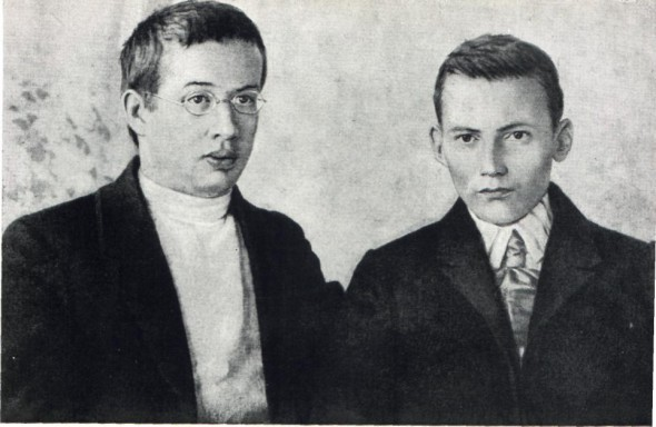 Габдулла Тукай (справа) с татарским писателем Фатихом Амирханом
