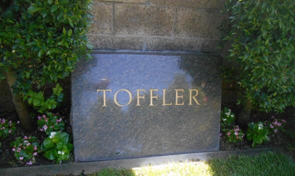 Могила Элвина Тоффлера на кладбище Вествуд (Лос-Анджелес)