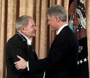 Билл Клинтон вручает Дэвиду Рокфеллеру Президентскую медаль свободы в 1998 г.