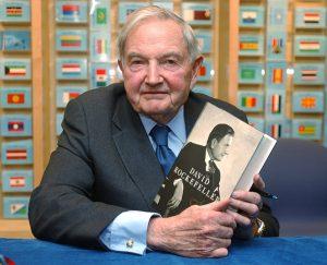 Дэвид Рокфеллер со своей книгой мемуаров в 2002 г.