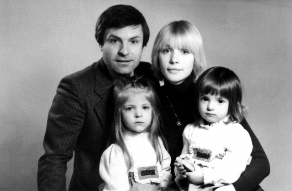 Вера Глаголева с Родионом Нахапетовым и дочерьми