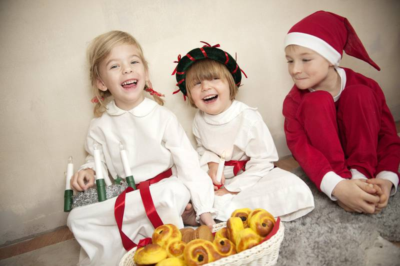 Lucia wird am 13. Dezember gefeiert, wenn die Lucia mit ihrem Gefolge kommt und die Winterdunkelheit erhellt. Normalerweise nehmen Kinder an der Lucia-Prozession teil, und Eltern und Geschwister werden in Schulen und Kindergärten eingeladen. Eine Lucia-Prozession besteht neben Lucia auch aus ihrem Gefolge und Sternjungen. Die Kinder singen traditionelle Lieder und dann kann jeder das Safrangebäck Lussekatter, Pfefferkuchen und Glögg oder Kaffee haben